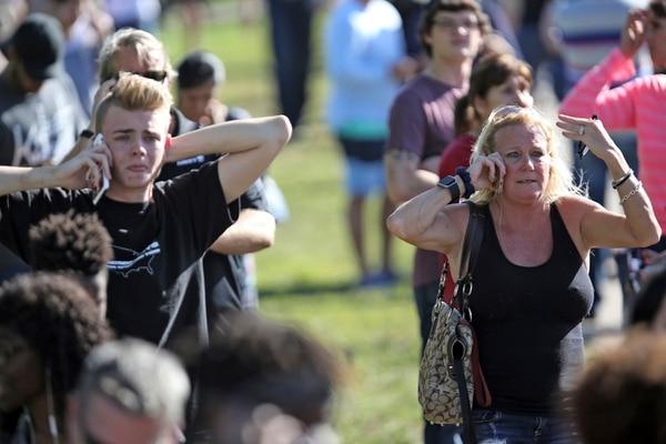 Las familias llamaban desesperados a sus hijos buscando que les respondieran el teléfono. Foto AP.