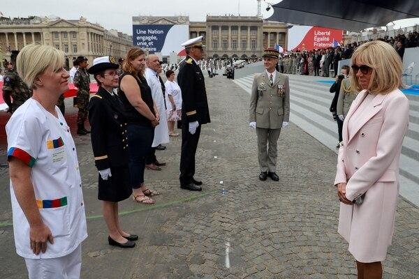 Brigitte Macron, esposa del presidente, agradeció a algunos trabajdores de la salud. AFP