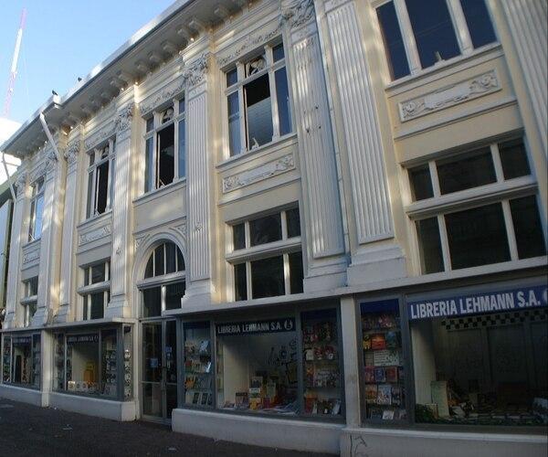 Desde hace 103 años esta entrada por avenida central ha sido la principal de la librería Lehmann. Cortesía.