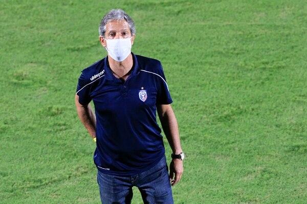 Carlos Restrepo selló con derrota su partido 300 como técnico en el futbol de Costa Rica. Foto: Rafael Pacheco
