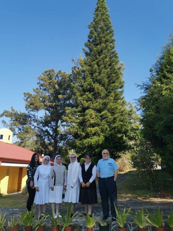 Giovanna Campos (izquierda) junto con las monjas que realizaron el más reciente retiro de un mes. Las acompaña el padre Julián González.