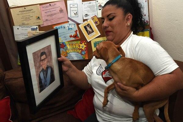 Pepe, el perrito de Sebastián, mira su foto. Seguro aún lo espera. Carlos González / Agencia ojo por ojo