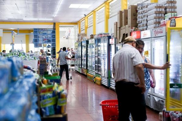 Los supermercados siguen siendo los preferidos de los ticos para hacer las compras del diario. Foto Marcela Bertozzi
