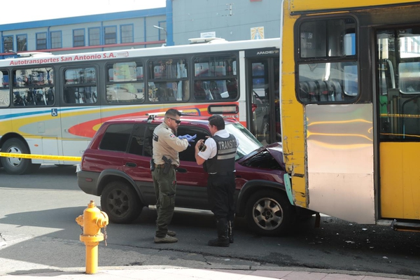 El bus iba para San Antonio de Desamparados cuando ocurrió el accidente. Foto: Alonso Tenorio