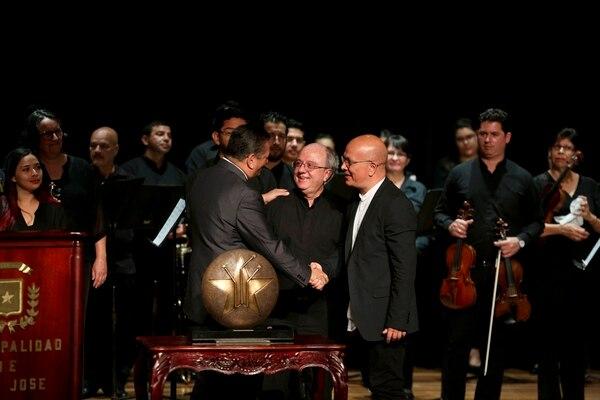 José Aurelio Castillo y el director invitado Eddie Mora fueron los que recibieron el galardón que acredita a la orquesta como Mariscal. Foto: Marcela Bertozzi.
