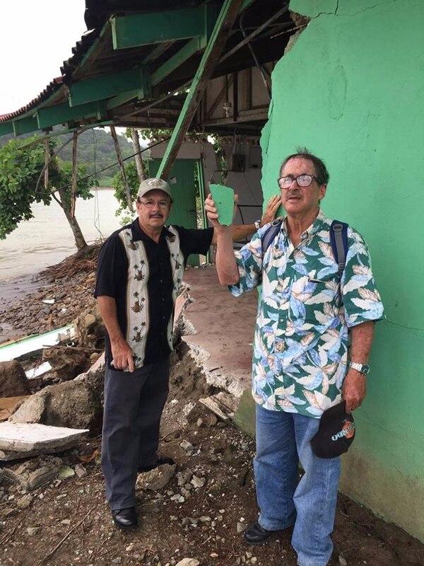 Los hermanos Jesús y Rafa se llevaron un pedazo de la pared del albergue como recuerdo. Foto: Mario Cordero