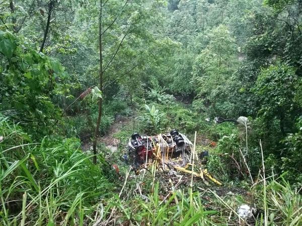 El camión de Bomberos dio varias vueltas y terminó en el guindo. Foto: Cortesía