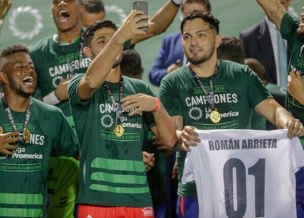 Poncho Quesada mostró la camiseta con el nombre de Román Arrieta. José Cordero