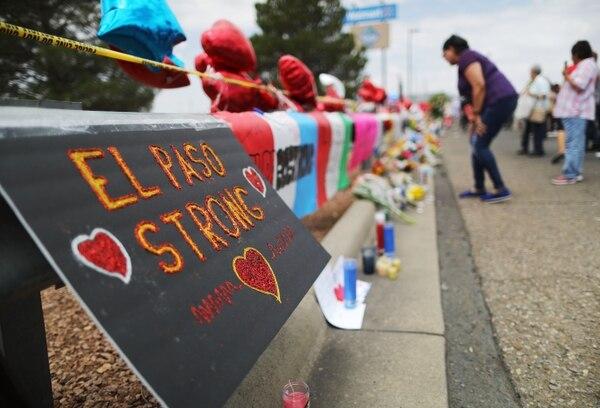 Un homenaje con flores y mensajes en honor a las víctimas en las afueras de Walmart, cerca de la escena donde ocurrió un tiroteo masivo que dejó al menos 22 personas muertas, en El Paso, Texas. Foto: AFP