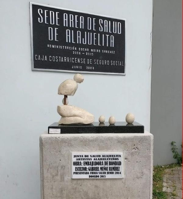 A la entrada del área de salud de Alajuelita se encuentra desde el 2014 esta escultura de Muñoz que representa la maternidad estilizada y elaborada en granito negro, mármol de nicoya y cobre. Foto: Cortesía Gabriel Muñoz