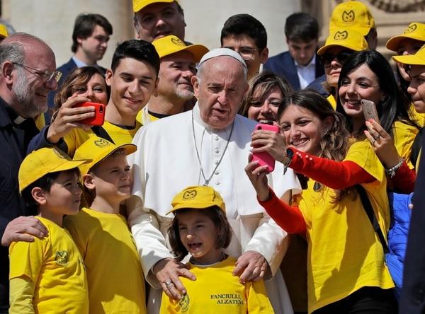 El papa posa con niños de la Asociación por la Protección del Niño Abusado, en la audiencia del pasado miércoles 8 de mayo. Foto AP.