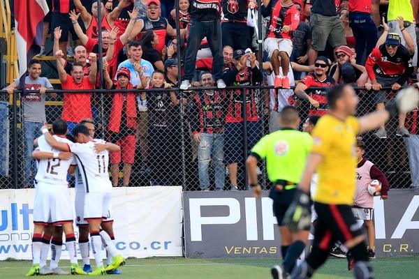 En la jornada once los manudos llenaron el estadio Colleya Fonseca en Guadalupe, su comportamiento va más allá del Morera Soto. Foto: Rafael Pacheco