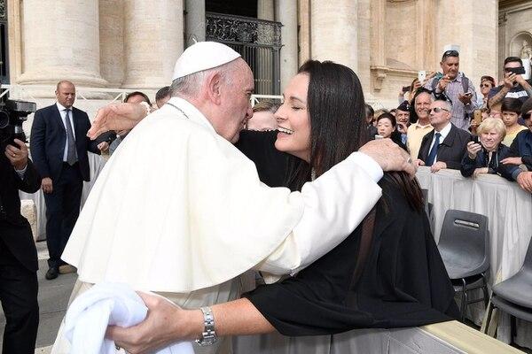 El papa agradeció el detalle con un abrazo y hasta vaciló con la belemita. Foto: Carlos González