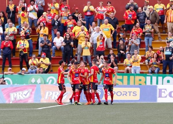 A pesar de la hora, el Team contó con buen apoyo en las gradas del Rosabal. Foto: Albert Marín.