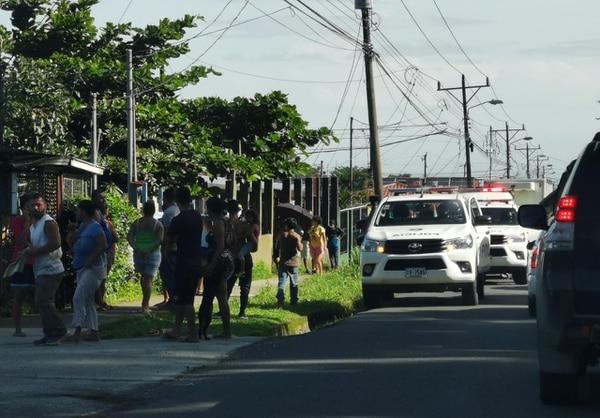 Los vecinos llegaron a ver que había ocurrido. Foto de Reiner Montero.