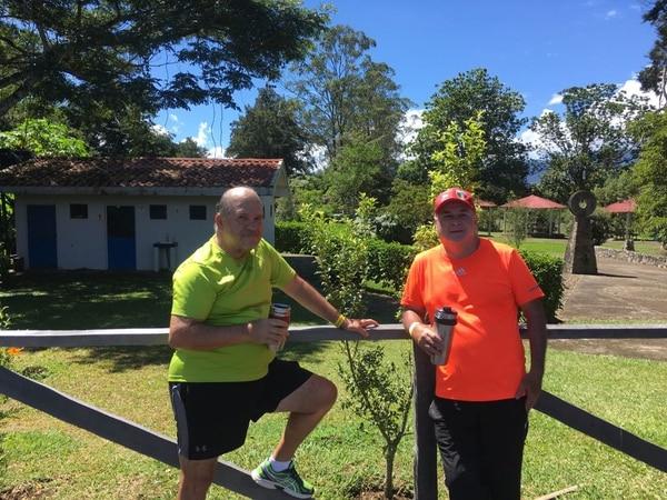 Franklin Cerdas y Mario Fonseca acostumbran utilizar las instalaciones de la Laguna de Anacleto para hacer deporte. Foto: Karen Fernández