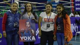 Cuatro fervientes seguidoras de Yoka la acompañaron hasta el ring