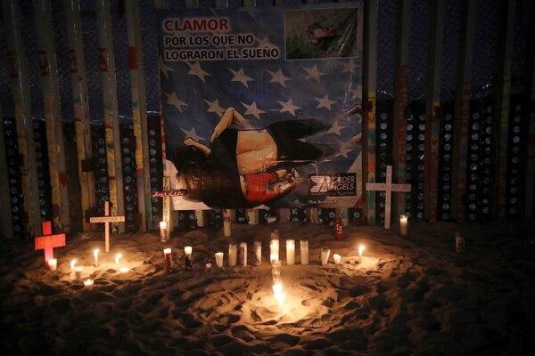 Con un pequeño altar en la frontera entre EE.UU. y México recuerdan a Martínez y su hija. (AP Photo/Emilio Espejel)