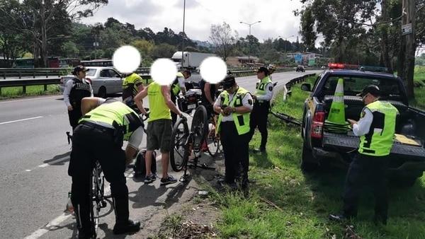 Los tráficos tuvieron mano dura con los ciclistas. Foto MOPT