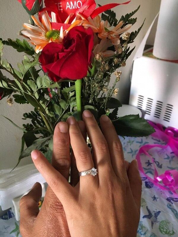 Con este ramo de rosas y este anillo, el enamorado le propuso matrimonio a su novia. Foto: Cortesía Edwin López