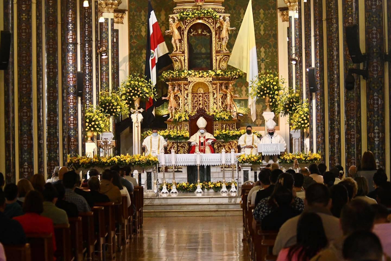 La tradicional Vestición, cambiarle el vestido el 1 de agosto de cada año a la Virgen de Los Ángeles en Cartago, se realizó ese 2021. El vestido lo realizó la arquidiócesis de San José como parte de las celebraciones del bicentenario de nuestra democracia.